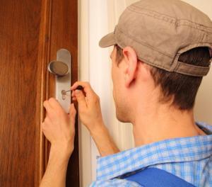 Schlüsseldienst Monteur bei Türöffnung